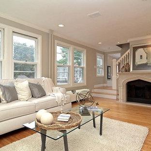 Неиссякаемый источник вдохновения для домашнего уюта: парадная гостиная комната в классическом стиле с серыми стенами и камином