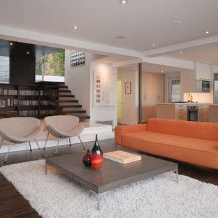 Foto di un piccolo soggiorno moderno aperto con libreria, pareti bianche, parquet scuro e pavimento marrone