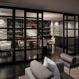 Foto di un soggiorno moderno di medie dimensioni e chiuso con angolo bar, pareti bianche, pavimento in legno verniciato, camino classico, cornice del camino in metallo e TV a parete