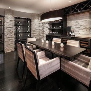 Ejemplo de salón con barra de bar cerrado, minimalista, de tamaño medio, con paredes blancas, suelo de madera pintada, chimenea tradicional, marco de chimenea de metal y televisor colgado en la pared