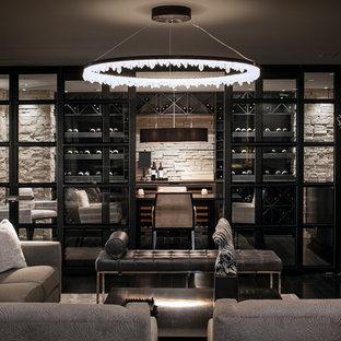 Esempio di un soggiorno moderno di medie dimensioni e chiuso con angolo bar, pareti bianche, pavimento in legno verniciato, camino classico, cornice del camino in metallo e TV a parete