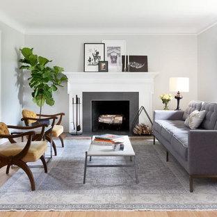 Foto di un soggiorno chic di medie dimensioni e aperto con sala formale, pareti bianche, parquet chiaro, camino classico, cornice del camino piastrellata e nessuna TV