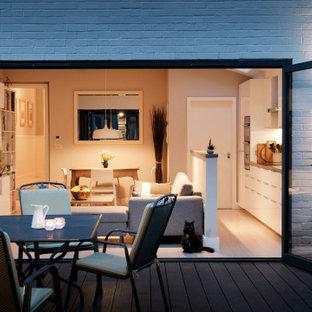 Immagine di un soggiorno scandinavo di medie dimensioni e aperto con pareti grigie, pavimento in bambù, camino ad angolo e pavimento bianco