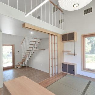 Diseño de salón tipo loft, moderno, pequeño, sin chimenea, con paredes grises, tatami y suelo beige