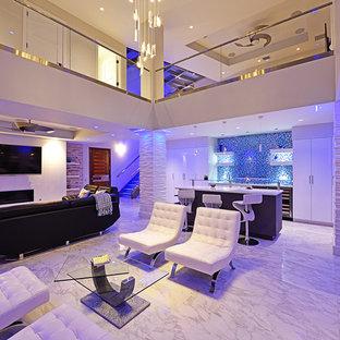 タンパの大きいコンテンポラリースタイルのおしゃれなLDK (白い壁、大理石の床、横長型暖炉、タイルの暖炉まわり、壁掛け型テレビ) の写真