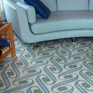 マイアミの中サイズのビーチスタイルのおしゃれなLDK (マルチカラーの床) の写真