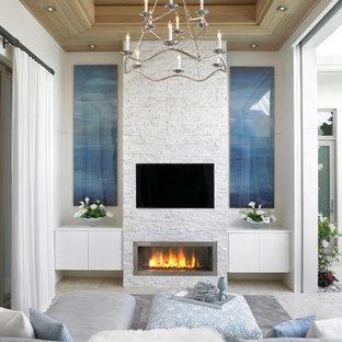 Großes, Repräsentatives, Offenes Modernes Wohnzimmer mit weißer Wandfarbe, Keramikboden, Gaskamin, Kaminumrandung aus Backstein, Wand-TV und grauem Boden in Miami