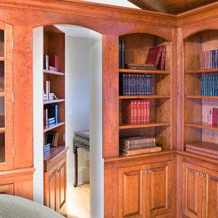 Inredning av ett klassiskt mellanstort vardagsrum, med beige väggar och ljust trägolv