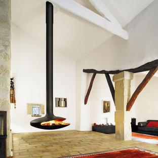 Inspiration för rustika vardagsrum, med tegelgolv och en hängande öppen spis