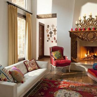 Immagine di un soggiorno stile americano aperto con pareti bianche, pavimento in legno massello medio e camino classico
