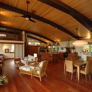 Foto di un soggiorno tropicale aperto con pareti beige