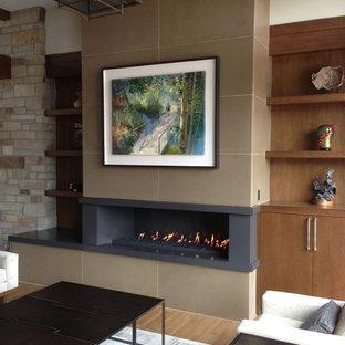 Aménagement d'un salon contemporain avec un mur marron, une cheminée ribbon et un mur en pierre.