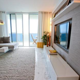 Immagine di un grande soggiorno contemporaneo aperto con pareti bianche, pavimento in marmo, nessun camino, TV a parete e pavimento bianco