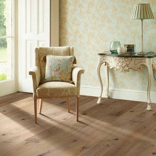 Foto di un soggiorno vittoriano di medie dimensioni e aperto con sala formale, pareti multicolore e pavimento in legno massello medio
