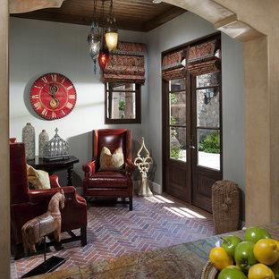 Ejemplo de salón mediterráneo, pequeño, con suelo de ladrillo, paredes grises y suelo rojo