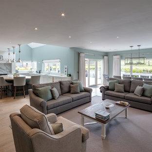 Ispirazione per un grande soggiorno tradizionale aperto con pareti verdi, pavimento in legno massello medio e pavimento marrone