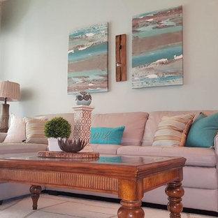 オーランドの中サイズのビーチスタイルのおしゃれなLDK (青い壁、濃色無垢フローリング、暖炉なし、据え置き型テレビ) の写真