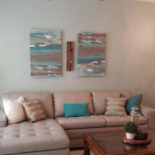 オーランドの中くらいのビーチスタイルのおしゃれなLDK (青い壁、濃色無垢フローリング、暖炉なし、据え置き型テレビ、フォーマル、茶色い床) の写真