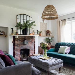 Пример оригинального дизайна: маленькая изолированная гостиная комната в современном стиле с белыми стенами, ковровым покрытием, стандартным камином, фасадом камина из кирпича и бежевым полом