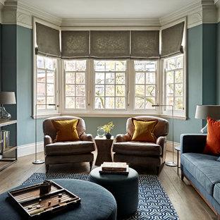 ロンドンのトランジショナルスタイルのおしゃれな独立型リビング (青い壁、淡色無垢フローリング、フォーマル、ベージュの床) の写真