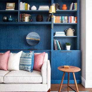 Idee per un soggiorno classico di medie dimensioni con pareti bianche, pavimento in legno massello medio e pavimento marrone