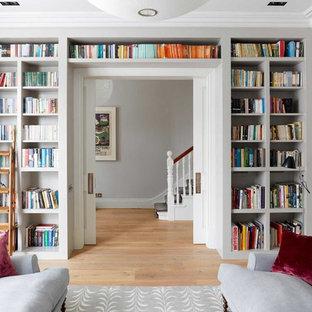 Foto di un soggiorno tradizionale di medie dimensioni e aperto con pareti grigie, parquet chiaro, nessuna TV e sala formale