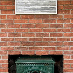 ニューヨークの小さいビーチスタイルのおしゃれなLDK (ベージュの壁、淡色無垢フローリング、標準型暖炉、据え置き型テレビ) の写真