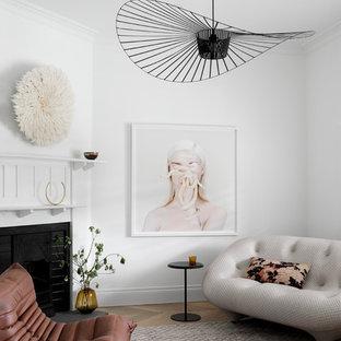 Mittelgroßes, Repräsentatives, Fernseherloses, Abgetrenntes Modernes Wohnzimmer mit weißer Wandfarbe, braunem Holzboden, gefliestem Kaminsims, braunem Boden und Eckkamin in Melbourne