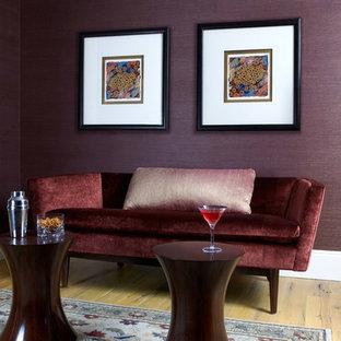 Diseño de salón cerrado, actual, pequeño, sin chimenea, con suelo de madera clara y paredes púrpuras
