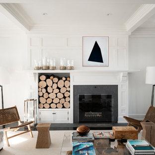 Immagine di un ampio soggiorno classico aperto con pareti bianche, parquet scuro, camino classico e pavimento marrone