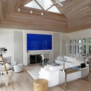 Idee per un soggiorno contemporaneo con pareti bianche e pavimento beige