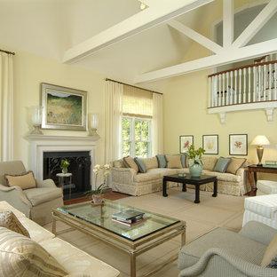 Пример оригинального дизайна: парадная, открытая гостиная комната среднего размера в классическом стиле с желтыми стенами, темным паркетным полом, стандартным камином и фасадом камина из штукатурки без ТВ