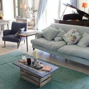Ejemplo de salón para visitas cerrado, costero, grande, sin televisor, con paredes blancas, suelo de madera clara, estufa de leña y suelo blanco