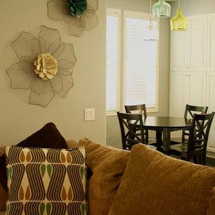 Foto di un soggiorno country di medie dimensioni e aperto con pareti grigie e moquette