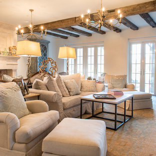 Ispirazione per un soggiorno classico di medie dimensioni e aperto con sala formale, pareti bianche, camino classico, cornice del camino in pietra, pavimento in travertino e pavimento beige