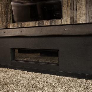 Idéer för ett industriellt separat vardagsrum, med ett finrum, bruna väggar, heltäckningsmatta, en standard öppen spis, en spiselkrans i metall, en väggmonterad TV och beiget golv