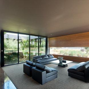 Modelo de salón abierto, minimalista, grande, sin chimenea y televisor, con moqueta