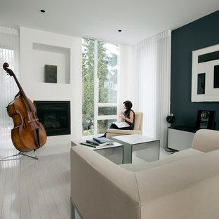 Immagine di un soggiorno minimal con pavimento in legno verniciato e pavimento bianco