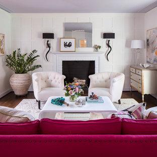 Cette photo montre un salon chic de taille moyenne avec un mur blanc, un sol en bois brun, une cheminée standard, aucun téléviseur et un sol marron.