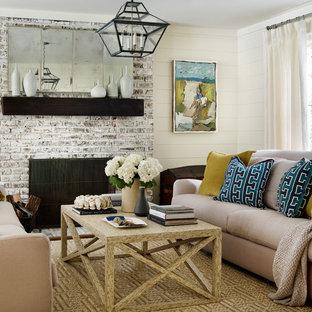 Repräsentatives Maritimes Wohnzimmer mit beiger Wandfarbe, Teppichboden, Kamin und Kaminsims aus Backstein in Atlanta