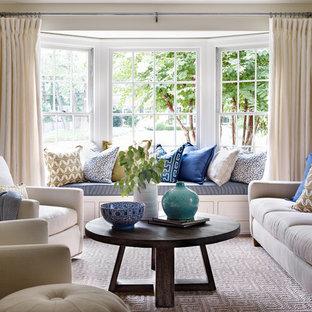 Inspiration för ett vintage vardagsrum, med ett finrum, beige väggar och heltäckningsmatta