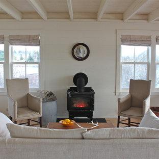Diseño de salón campestre con paredes blancas y estufa de leña