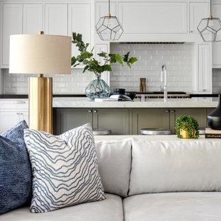 オレンジカウンティの広いトランジショナルスタイルのおしゃれなLDK (グレーの壁、淡色無垢フローリング、茶色い床、標準型暖炉、木材の暖炉まわり、壁掛け型テレビ、塗装板張りの天井) の写真