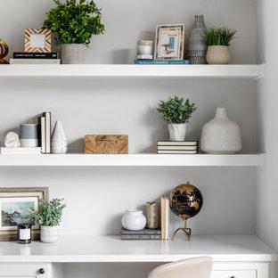 Idéer för att renovera ett stort vintage allrum med öppen planlösning, med grå väggar, ljust trägolv, brunt golv, en standard öppen spis, en spiselkrans i trä och en väggmonterad TV