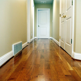 Mittelgroßes Klassisches Wohnzimmer mit braunem Holzboden und lila Boden in Seattle