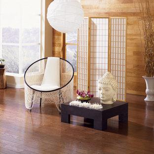 Asiatisk inredning av ett stort allrum med öppen planlösning, med ett finrum, vita väggar, vinylgolv och brunt golv