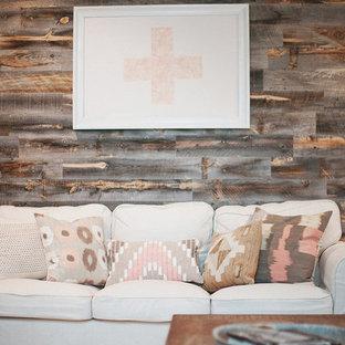 Foto de salón para visitas cerrado, romántico, de tamaño medio, sin chimenea y televisor, con paredes marrones, moqueta y suelo beige