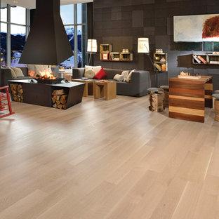 Ejemplo de salón para visitas abierto, contemporáneo, de tamaño medio, sin televisor, con paredes marrones, suelo de pizarra, chimenea de doble cara y suelo beige