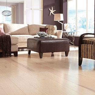 Ispirazione per un soggiorno costiero di medie dimensioni e aperto con sala formale, pareti viola e parquet chiaro