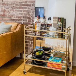 ニューヨークの中サイズのコンテンポラリースタイルのおしゃれな独立型リビング (白い壁、無垢フローリング、暖炉なし、壁掛け型テレビ、ベージュの床) の写真
